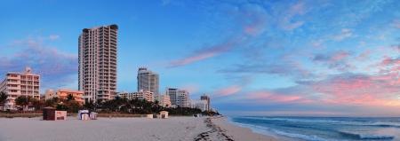 panorama beach: Miami South Beach panorama alba con alberghi e nuvole colorate e cielo blu