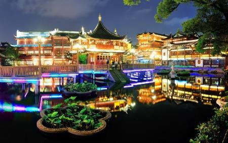 밤 상하이의 역사 탑 회전식 건물 스톡 콘텐츠