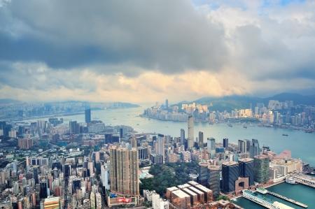 aerial: Victoria Harbor vista aerea e skyline di Hong Kong con grattacieli urbani.