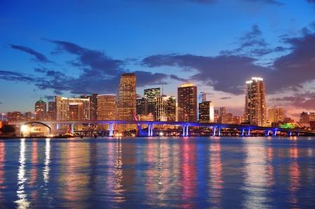 都市の高層ビルや反射と海に架かる橋の夕暮れ時にマイアミ都市スカイラインのパノラマ 写真素材 - 16158925