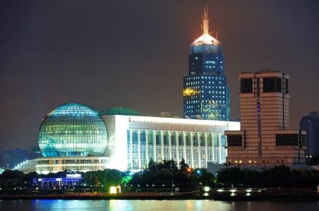 夜上海の都市の高層ビル