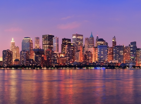 New York City Manhattan skyline van het centrum in de schemering met wolkenkrabbers verlicht over Hudson River panorama Stockfoto