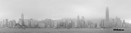 黒と白霧の日で香港のスカイライン