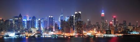 New York City Manhattan Midtown Skyline bei Nacht mit Wolkenkratzern leuchtet über Hudson River mit Reflexionen Lizenzfreie Bilder - 16157862