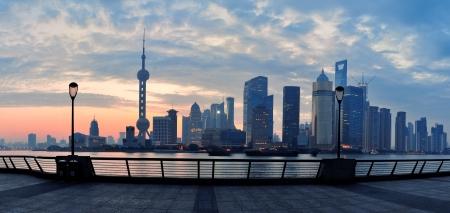 上海黄浦江上の街のスカイラインとカラフルな空の日の出前 写真素材