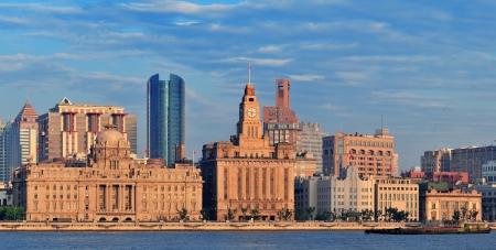 朝の青空と黄浦江上上海歴史と都市の建物のパノラマ 写真素材