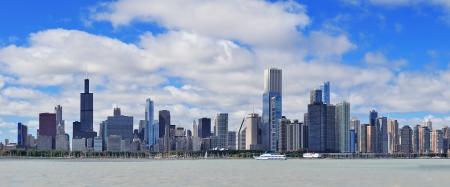 ミシガン湖の上曇り青空と高層ビルとシカゴ市都市スカイライン パノラマ 写真素材