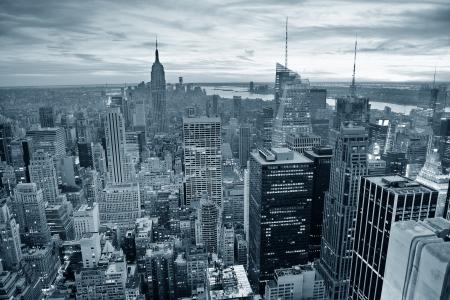 New York City skyline in zwart-wit met stedelijke wolkenkrabbers bij zonsondergang.