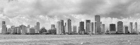 都市の高層ビル群と海の曇り空の日に黒と白のマイアミのスカイライン パノラマ 写真素材 - 16385584