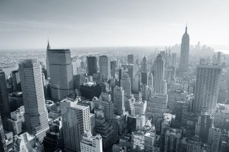 ニューヨーク市のスカイラインのミッドタウン マンハッタン空中パノラマ ビュー日に黒と白。