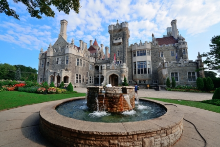 casa: TORONTO, CANADA - JULY 3: Casa Loma exterior view on July 3, 2012 in Toronto, Canada. Built 1911�C1914 and was Established as museum 1937, it was the largest private residence in Canada. Editorial