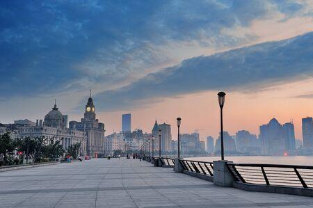아침에 강 역사적인 건물 상하이 와이탄 지구 스톡 콘텐츠