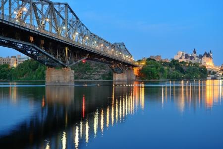 Ottawa 's nachts over de rivier met historische architectuur.