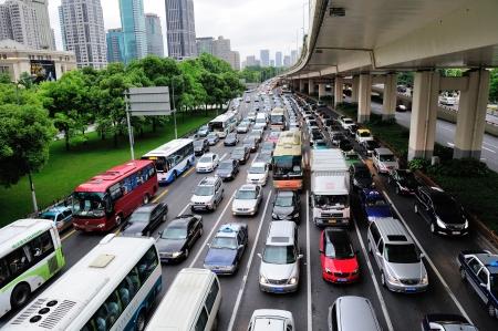 SHANGHAI, CINA - 30 MAGGIO: Ingorgo stradale durante le ore di punta con i pendolari occupati il ??30 maggio 2012 a Shanghai. Shanghai è la città più grande per popolazione al mondo con 23 milioni nel 2010. Archivio Fotografico - 17635405
