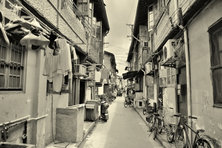주거용 건물과 상하이에있는 오래 된 거리 검은 색과 흰색