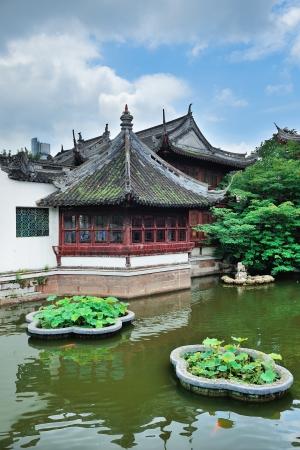塔の古いアーキテクチャと上海の庭