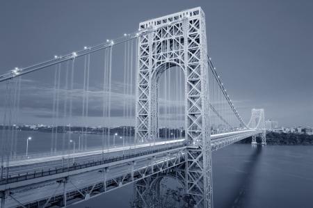 george washington: George Washington Bridge en blanco y negro sobre el r�o Hudson. Foto de archivo