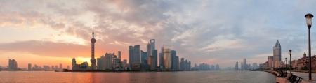 上海の朝都市スカイライン シルエット川