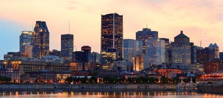 Montreal ?ber den Fluss Panorama in der D?mmerung mit Lichter der Stadt und st?dtischen Geb?uden Standard-Bild