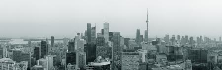 市光で夕暮れや白と黒の高層ビル都市のスカイラインのトロント