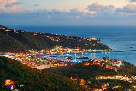 Islas V�rgenes de St Thomas atardecer vista de la monta�a con nubes de colores, los edificios y la costa de playa. photo