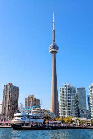 Toronto Skyline am Tag über den See mit urbaner Architektur und blauer Himmel