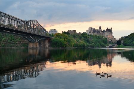 川都市歴史的建造物とカラフルなクラウド上朝日の出オタワ市のスカイライン