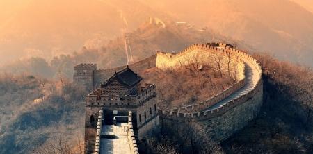 Grote Muur in de ochtend met zonsopgang en kleurrijke hemel in Peking, China. Stockfoto