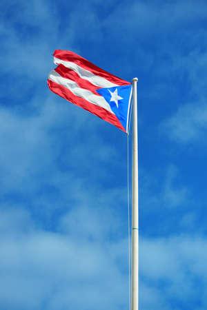 bandera de puerto rico: Bandera del estado de Puerto Rico volar con cielo azul en San Juan.