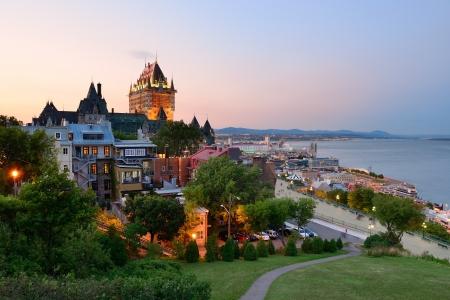 Quebec City skyline met Chateau Frontenac bij zonsondergang gezien vanaf de heuvel