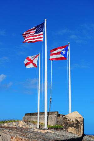 bandera de puerto rico: Estado de Puerto Rico, nacional de EE.UU. y la bandera de San Juan Volar con cielo azul en San Juan El Morro.