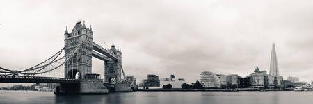 Horizon de Londres avec Tower Bridge et éclat sur la Tamise Banque d'images - 23759834