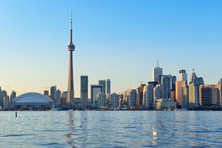 도시 건축과 푸른 하늘 호수 위에 하루에 토론토의 스카이 라인
