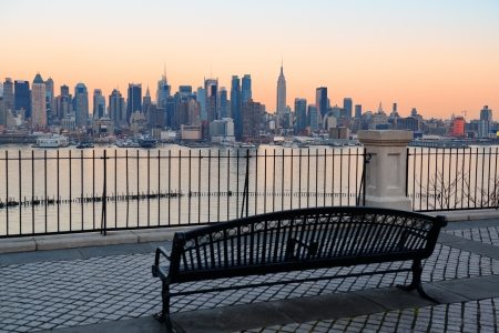 panorama view: Panchina nel parco e New York City Manhattan al tramonto con skyline panorama sul fiume Hudson Archivio Fotografico