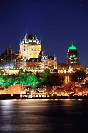 Quebec City Skyline an der Dämmerung über den Fluss von Levis angesehen.