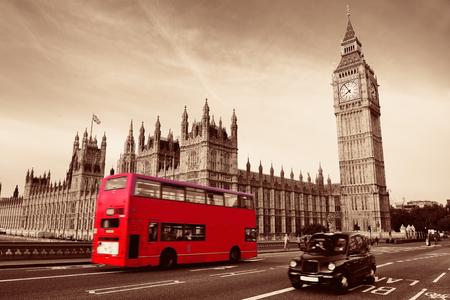 bus anglais: Double-pont bus rouge sur le pont de Westminster avec Big Ben � Londres. �ditoriale