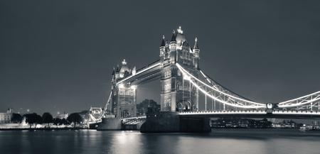 Tower Bridge noir et blanc à Londres sur la Tamise que le célèbre point de repère Banque d'images - 25566897