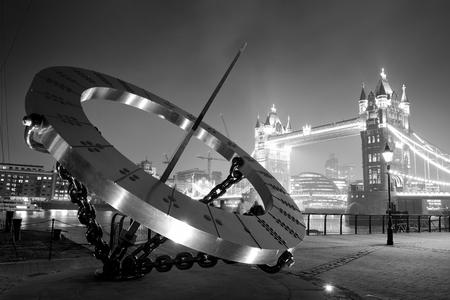 reloj de sol: Reloj de sol y el Tower Bridge en primera línea de playa en Londres