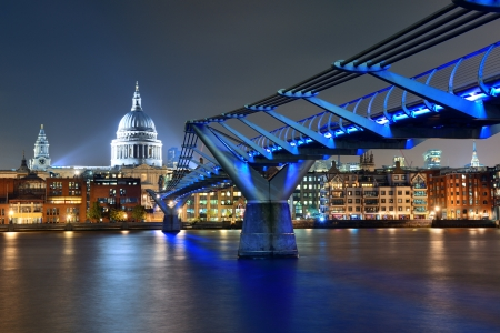 Millennium Bridge und St. Paul-Kathedrale in der Nacht in London