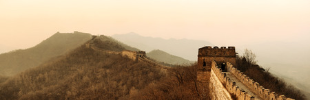 Great Wall sunset panorama over mountains in Beijing, China  Banque d'images