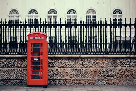 Cabine téléphonique rouge dans la rue à l'architecture historique à Londres. Banque d'images - 26308590