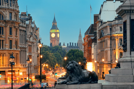 Street view of Trafalgar Square at night in London Banco de Imagens