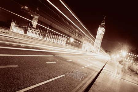 light trail: Rastro ligero en el puente de Westminster con el Big Ben por la noche en Londres. Foto de archivo