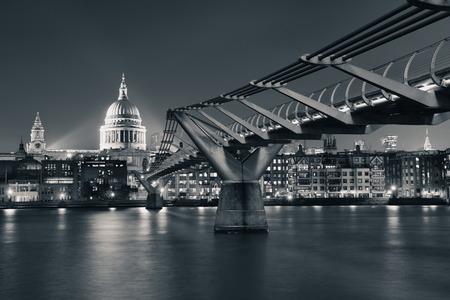 Millennium Bridge et la cathédrale St Paul à Londres dans la nuit