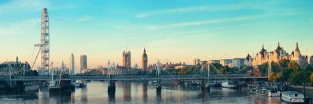 Thames River panorama avec le London Eye et le Palais de Westminster à Londres. Banque d'images - 29397487