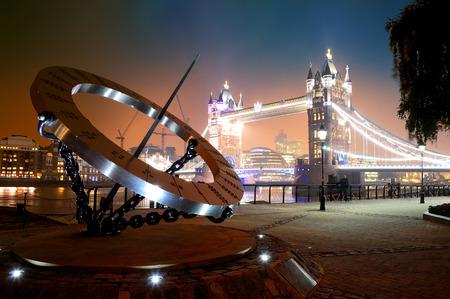 reloj de sol: Reloj de sol y el Tower Bridge en la línea de costa en Londres Foto de archivo