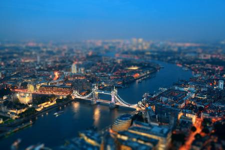 Londen luchtfoto panorama 's nachts met de stedelijke architectuur en de Tower Bridge.