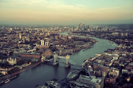 London Dachansicht Panorama bei Sonnenuntergang mit Stadt-Architekturen und Thames River. Lizenzfreie Bilder