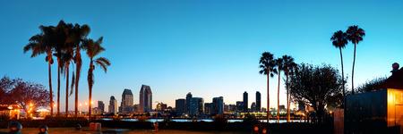 ヤシの木のシルエットと早朝に San Diego の夜明け
