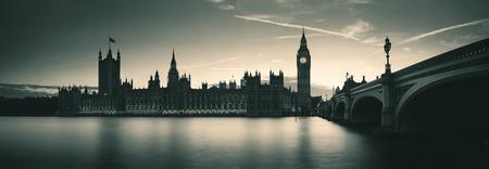 Big Ben en Huis van het Parlement in Londen bij schemering panorama Stockfoto